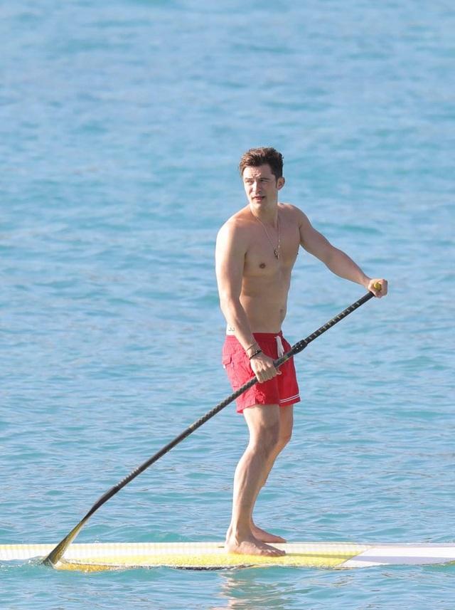 Nam diễn viên nổi tiếng khoe thân hình lực lưỡng khi đi chèo thuyền.