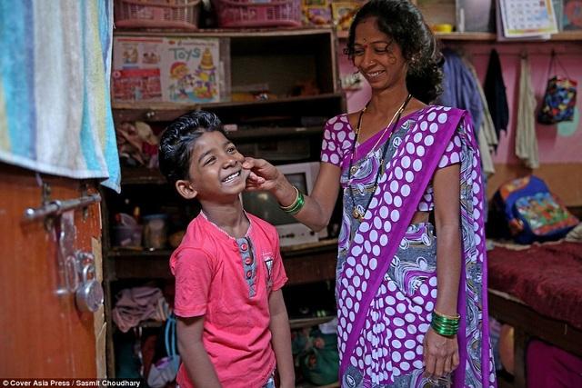 Cậu bé Sunny Pawar trở về ngôi nhà trong xóm lao động nghèo. Trong ảnh là Sunny và mẹ - chị Vasu Dilip Pawar (27 tuổi).