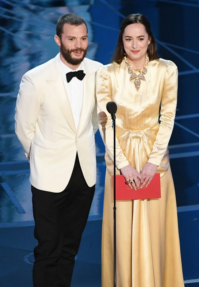Cặp đôi của 50 sắc thái - Jamie Dornan và Dakota Johnson dắt tay nhau lên công bố giải thưởng.