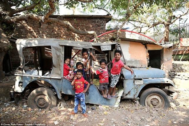 Đây là chốn vui chơi yêu thích của những đứa trẻ trong xóm lao động nghèo.