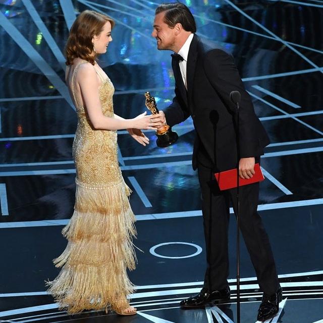 Leonardo DiCaprio trao giải Nữ diễn viên chính xuất sắc nhất cho Emma Stone.