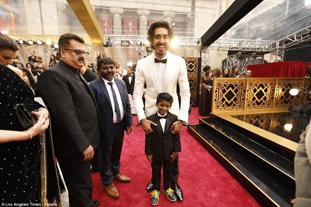 """Sunny đóng phim trong 3 tháng, bao gồm ghi hình cả ở Ấn Độ và Úc. Trong ảnh, Sunny đứng cùng nam diễn viên Dev Patel của phim """"Lion"""" tại lễ trao giải Oscar."""