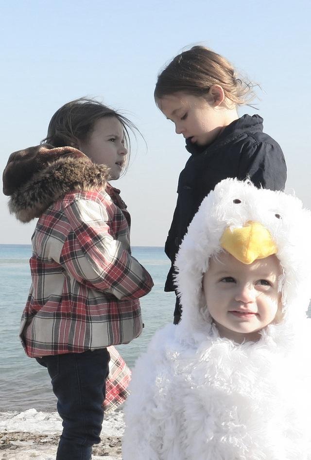 """Các bé Sophia, Sadie và Sloane cùng diễn lại một cảnh trong """"Manchester By The Sea"""" (Manchester bên bờ biển). Đặc biệt, Sloane (1 tuổi) được """"ưu ái"""" hóa thành… chú chim mòng biển."""