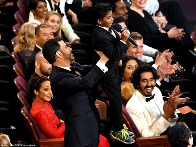 """Tại lễ trao giải Oscar, cậu bé Sunny chia sẻ: """"Cháu đã có rất nhiều kỷ niệm vui. Cháu rất quý chú Dev Patel và cô Nicole Kidman. Họ thật tuyệt vời""""."""