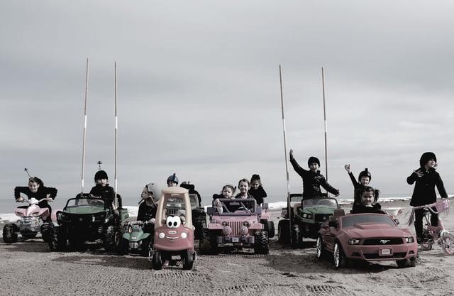 """Các em bé đã mời thêm bạn bè đến cùng trợ giúp tái hiện cảnh phim """"Mad Max: Fury Road"""" (Max điên: Con đường cuồng nộ - 2015)."""