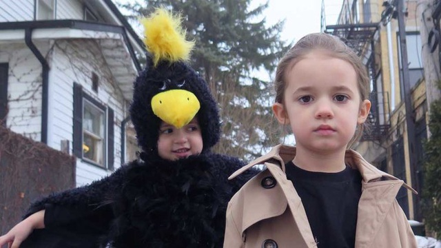 """Sophia và Sadie cùng tái hiện cảnh phim """"Birdman"""" (Người Chim - 2014)."""