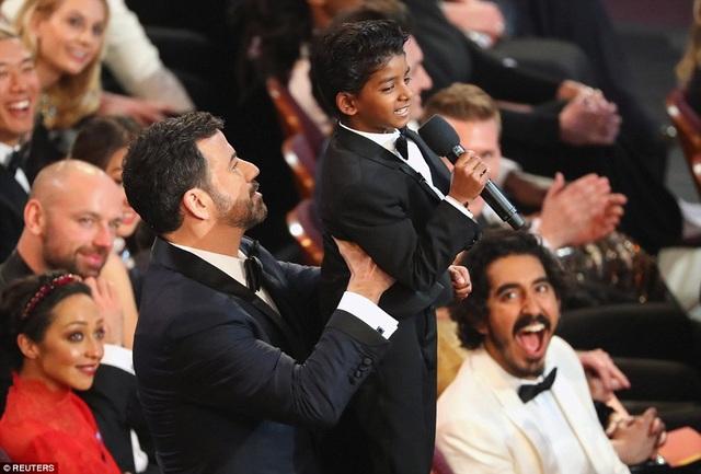 """Tại lễ trao giải Oscar, Sunny là cậu bé thu hút mọi sự chú ý khi cậu được người dẫn chương trình bế bổng lên trong một khoảnh khắc nhắc nhớ lại cảnh phim trứ danh trong phim hoạt hình """"Lion King"""" (Vua sư tử). Bộ phim mà Sunny tham gia cũng có tên """"Lion"""" (Tìm mẹ)."""
