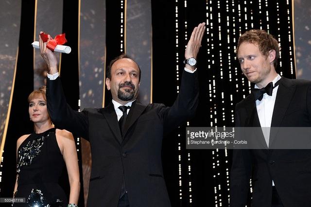 """Đạo diễn Farhadi xuất hiện tại LHP Cannes (Pháp) hồi năm ngoái để nhận giải Kịch bản xuất sắc nhất cho phim """"The Salesman"""". Năm nay, ông vắng mặt tại giải Oscar vì những vấn đề rắc rối liên quan tới visa cho người nước ngoài nhập cảnh vào Mỹ."""