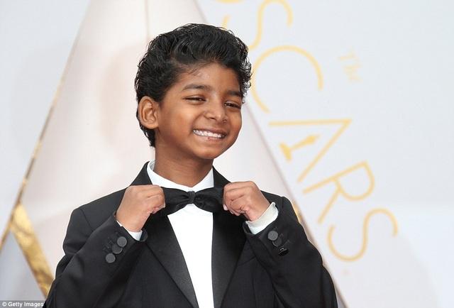 Tại lễ trao giải Oscar, Sunny xuất hiện rất tự tin, thân thiện.
