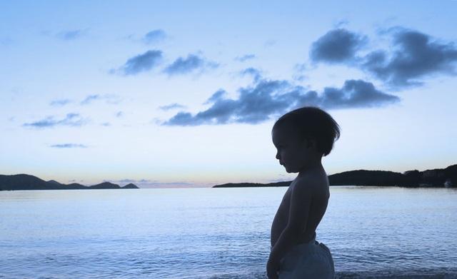 """Cậu bé Sloane tái hiện lại cảnh phim trong """"Moonlight"""" (Ánh trăng)."""