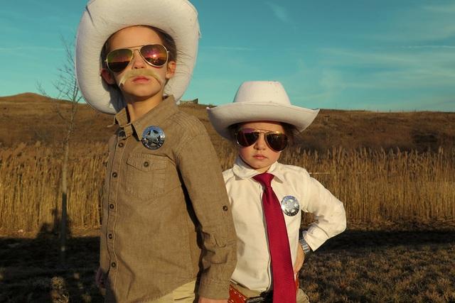 """Sophia và Sadie nhập vai cảnh sát trong bộ phim làm về đề tài tội phạm """"Hell or High Water"""" (Không lùi bước)."""