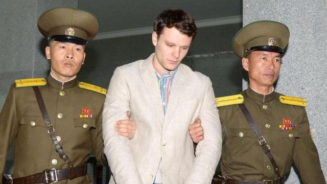 Sinh viên Otto Warmbier bị áp giải tới tòa án Triều Tiên năm 2016 (Ảnh: Yonhap)