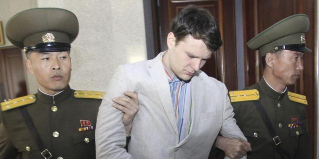 Sinh viên Otto Warmbier trong phiên xét xử tại Triều Tiên hồi năm ngoái (Ảnh: AP)
