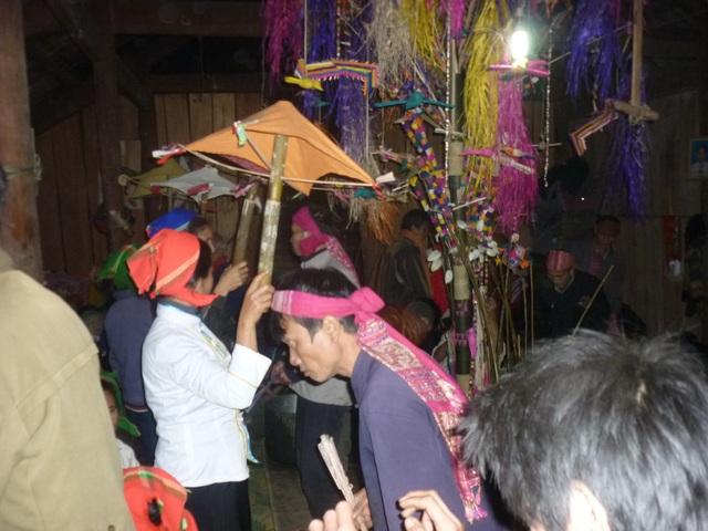Và vật không thể thiếu trong lễ hội là cây Boọc mạy được dựng ngay giữa nhà là nơi để hành lễ.