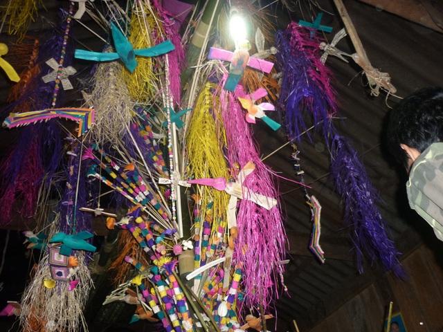 Sau lễ cúng, các thầy mo cùng dân bản nhảy múa xung quang cây hoa (có Boọc mạy). Hội càng về khuya càng nhộn nhịp với những trò diễn đầy thú vị của các thầy mo cũng như tất cả mọi người dự hội Xăng Khan.
