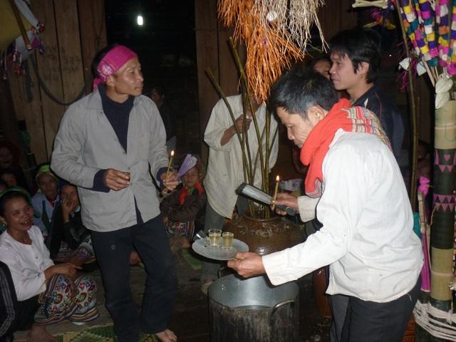 Lễ vật trong lễ hội gồm: khoảng 7 - 10 vò rượu cần, 2 con lợn, 2 con gà cùng cá nướng, trầu cau…