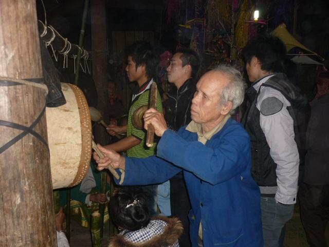 Bên cây Boọc mạy là một giàn chiêng, trống, cây Bong Bu (làm từ các ống nứa, dài khoảng 50cm) gõ xuống tấm ván theo nhịp chiêng, trống nếu không có những vật dụng này thì không phải là hội Xăng Khan.