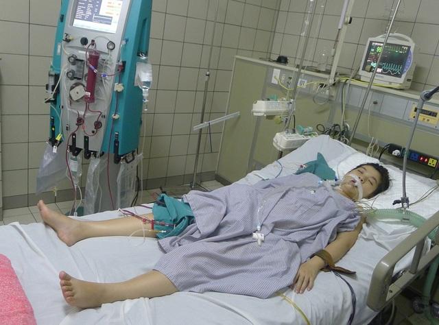 Bị nhiễm cúm A/H1, khiến tính mạng của em Đông vô cùng nguy kịch.