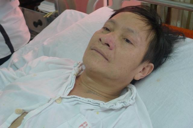 Bác Hầu A Vừ bị tai nạn ngã xe máy đã 3 tháng nay nhưng vì không có tiền nên cứ ở nhà đắp thuốc lá.
