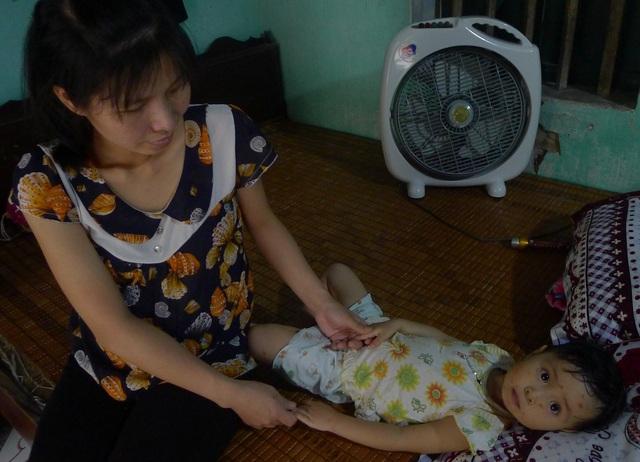 Thương con gái lớn trên viện, chị 1 tay chăm con gái thứ 2 đang bệnh ở nhà và lo cho cả cái thai đang trong bụng.
