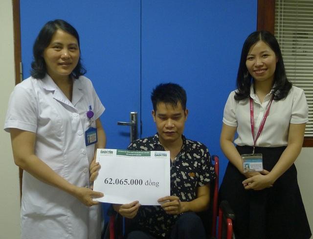 Ths.BS Nguyễn Thị Mai và cán bộ phóng CTXH thay mặt trao quà đến cho anh Chung
