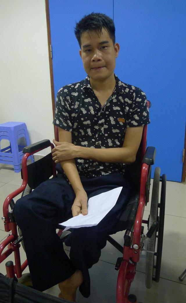 Thương mẹ phải tần tảo đi làm để nuôi cả gia đình nhưng anh Chung không làm được gì giúp mẹ cả.