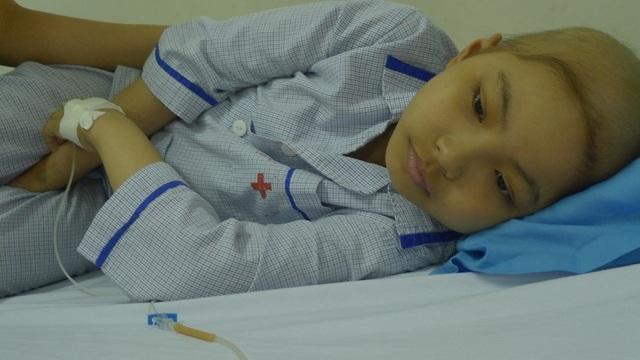 9 tuổi cô bé Ánh bất ngờ phát hiện căn bệnh ung thư máu nên phải nhập viện điều trị.