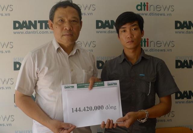 Ông Phạm Huy Thân - Chánh VP báo điện tử Dân trí trao quà đến em Âu.