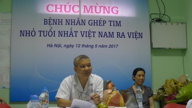 Sáng ngày 12/5 tại khoa Tim mạch, lồng ngực BV Việt Đức, các bác sĩ và các nhà hảo tâm chúc mừng bệnh nhân Đạt ra viện.