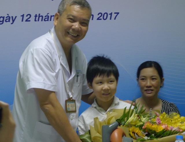 PGS.TS Nguyễn Hữu Ước- Trưởng khoa Tim mạch, lồng ngực, BV Việt Đức tặng hoa chúc mừng cho cháu Đạt.