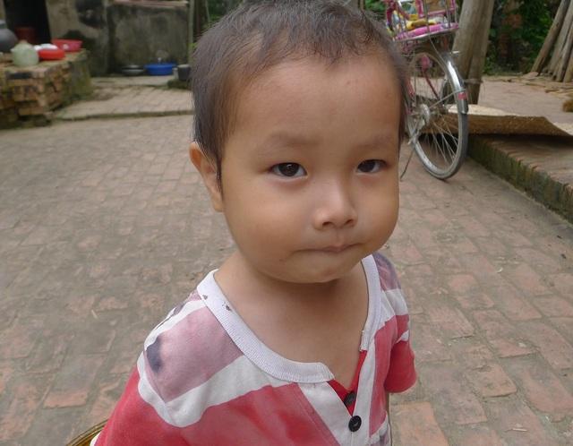 Cậu bé Trọng không có bố, mẹ bị tâm thần.