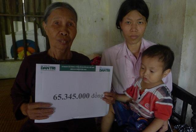 Gia đình bác Thịnh nhận tiền của bạn đọc Dân trí giúp đỡ.