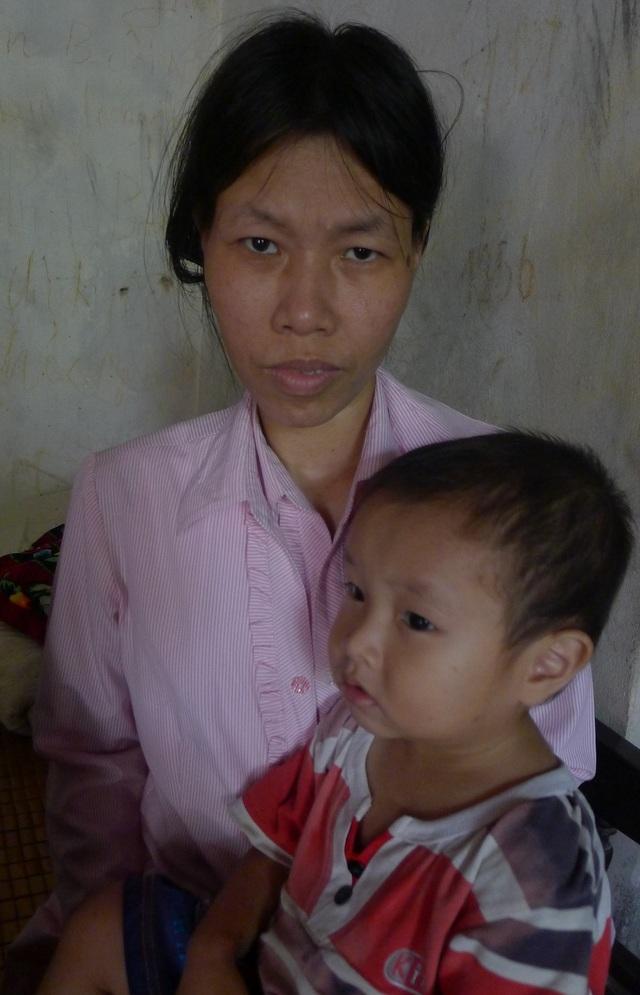 Mẹ bé Trọng bị tâm thần và bị cưỡng hiếp rồi sinh ra em.