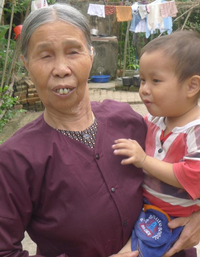 Bé Trọng chỉ dựa được vào bà ngoại nhưng năm nay bà đã 80 tuổi nên già yếu.