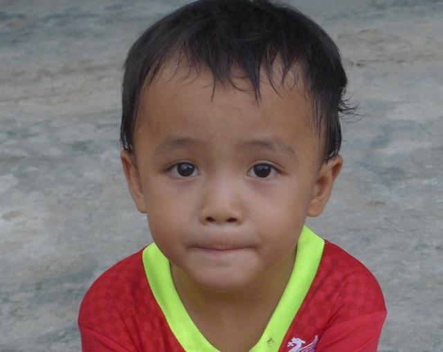 Cậu bé Nho suốt ngày tha thẩn chơi 1 mình và hỏi bà bố mẹ cháu đâu?