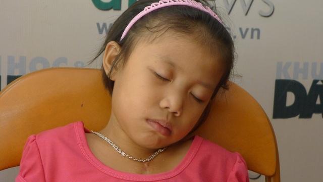 Bé Dương khá mệt mỏi và thiếp đi tại cơ quan báo điện tử Dân trí.