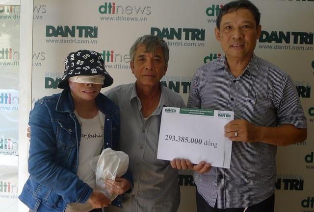 Ông Phạm Huy Thân - Chánh VP báo điện tử Dân trí trao số tiền bạn đọc giúp đỡ tuần 3/6 đến bố con chú Niềm.