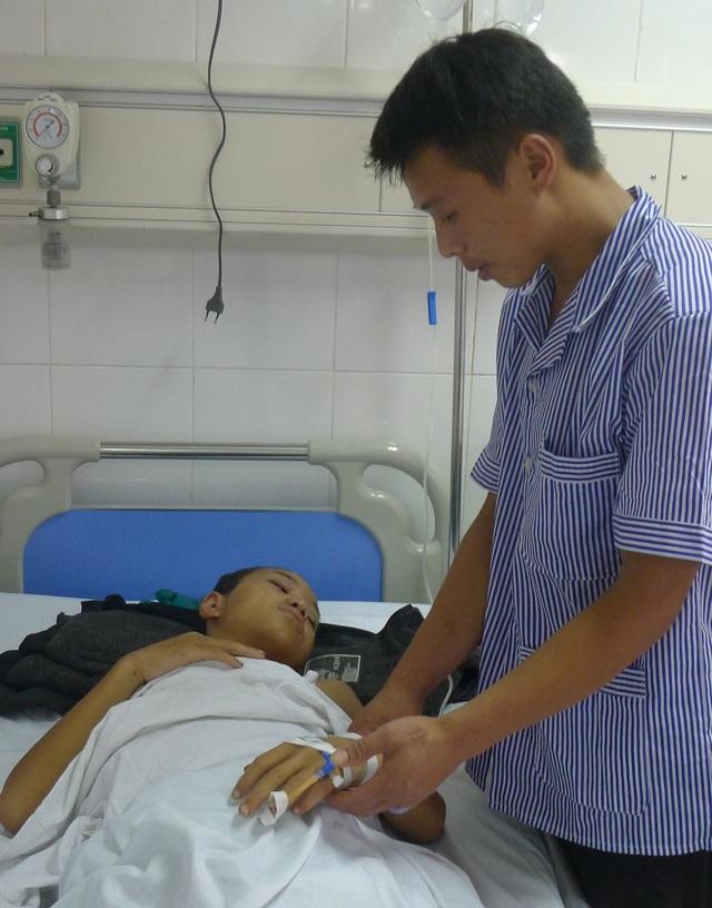 Không còn ai để bấu víu, Ná về sống cùng người anh họ nhưng anh nghèo quá không có tiền cho em phẫu thuật.