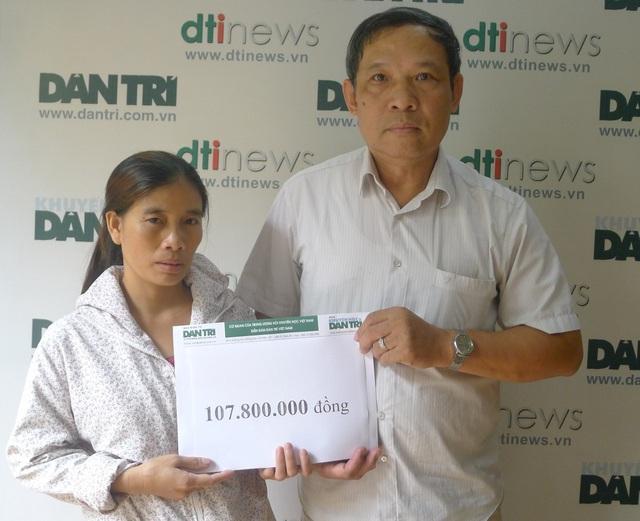 Ông Phạm Huy Thân - Chánh VP báo điện tử Dân trí trao số tiền bạn đọc ủng hộ tuần 2/7 đến chị Duyên.