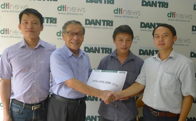 Nhà báo Nguyễn Lương Phán - Phó tổng biên tập báo điện tử Dân trí trao số tiền bạn đọc giúp đỡ đến gia đình Ná.