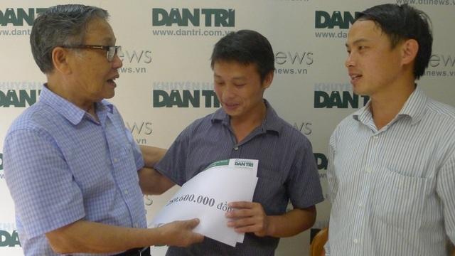 Nhà báo Nguyễn Lương Phán dặn dò gia đình chi tiêu sao cho hợp lí và tiết kiệm số tiền bạn đọc giúp đỡ.