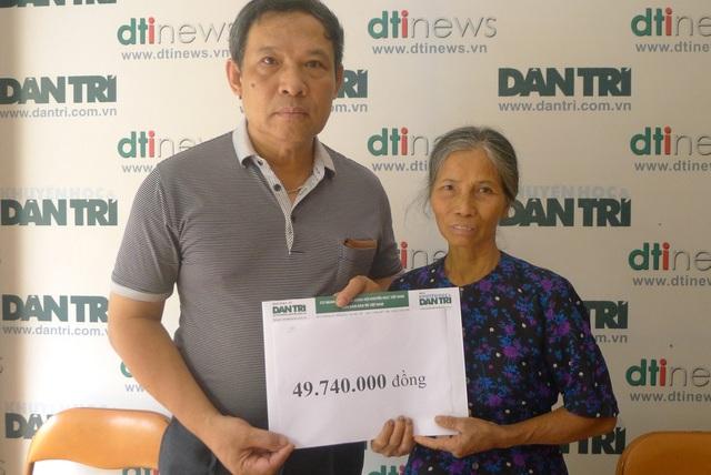 Ông Phạm Huy Thân - Chánh VP báo điện tử Dân trí trao số tiền bạn đọc giúp đỡ cho bác Diêm.