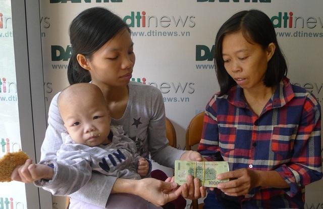 Hai mẹ con trích ra 15 triệu đồng giúp đỡ chị Hồ Thị Dinh.