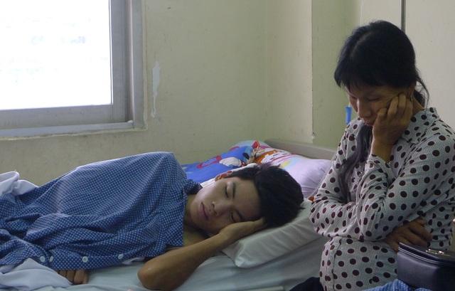 Nhây buồn vì không thể tiếp tục đi làm lấy tiền chữa bệnh cho mẹ.