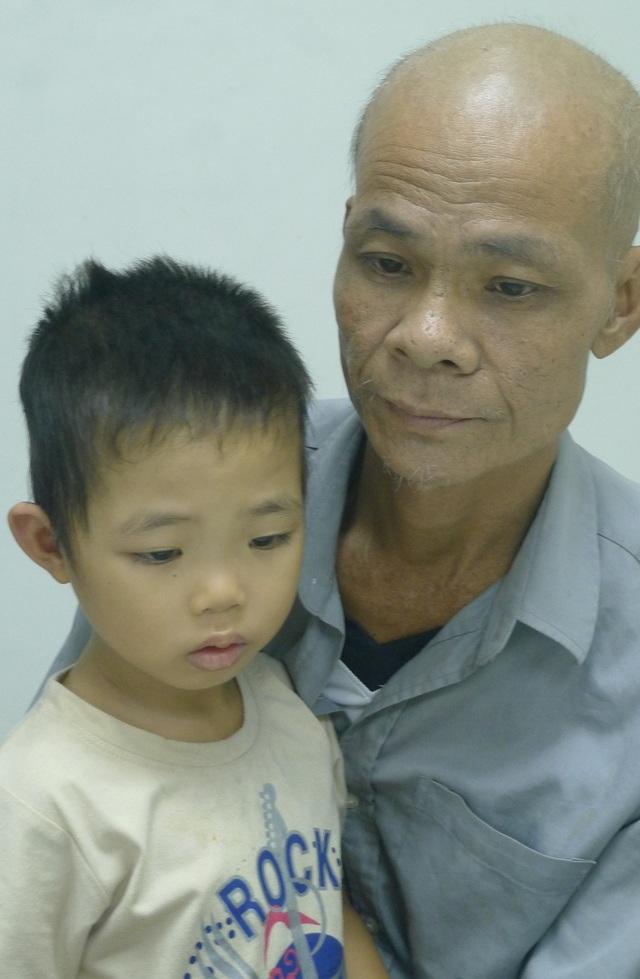 Bản thân bị căn bệnh ung thư phổi nhưng anh Hòa không có tiền đi điều trị.