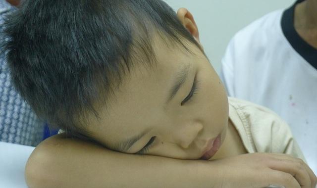 Con trai anh là bé Tùng lại bị tan máu bẩm sinh nên phải thường xuyên lên viện truyền máu và thải sắt mới duy trì được mạng sống.