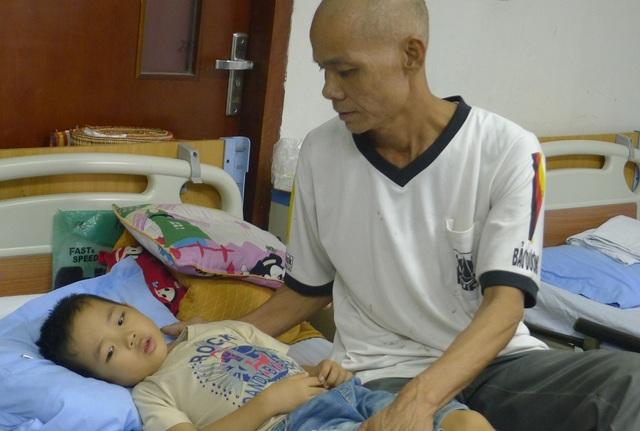 Không màng đến sự sống chết của mình, anh Hòa lên viện chăm con trong tình trạng sức khỏe không tốt.