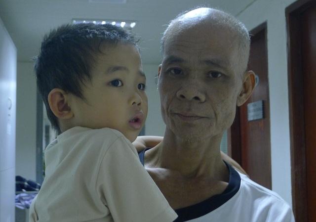 Anh mong sao khi mình không còn nữa, con trai vẫn đươc đi viện điều trị.
