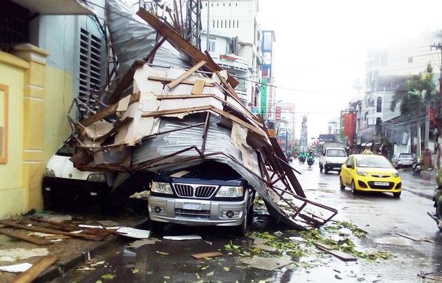 2 ô tô bị mái tôn đè kẹt cứng trên đường 2 tháng 4 TP Nha Trang
