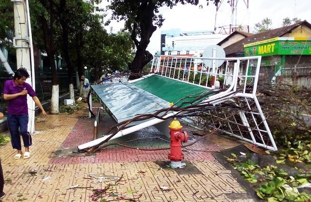 Nhà chờ xe bị hất tung khỏi mặt đất trên đường Lê Lợi Nha Trang